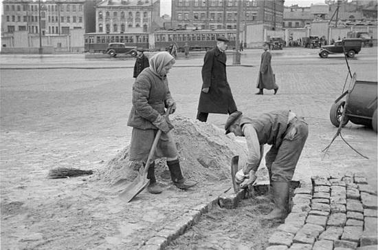 Производить тротуарную плитку начали давно